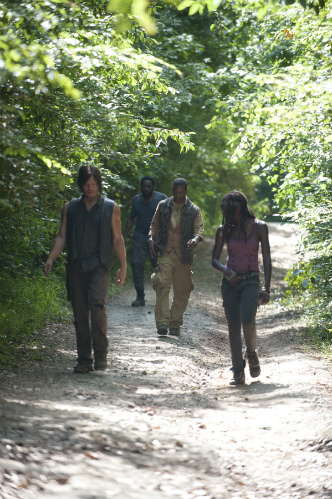 Michonne, Daryl, Bob, and Tyreese stranded in the woods - Walking Dead season 4